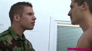 Militares sarados trepando