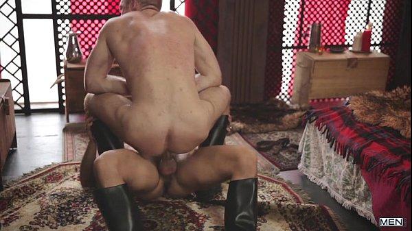 Amigo dotado cavalgando no pau de seu parceiro gemendo bem gostoso