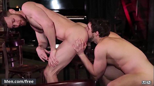 Namorado rabudo fodendo seu cu em pé com seu parceiro