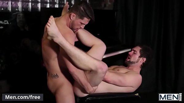 Branquinho da bunda grande fodendo com suas pernas bem abertas