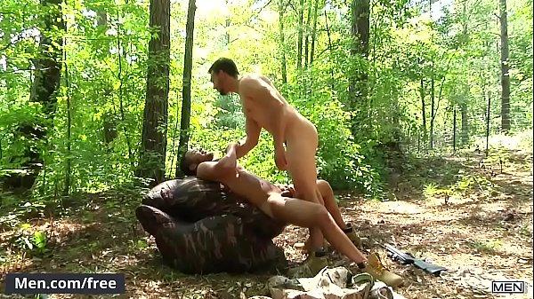 Novinho da bunda grande fodendo com seu amigo no mato escondido