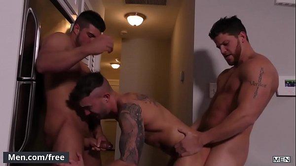 Novinho dando seu cu para dois amigos dotados