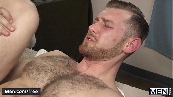 Rapaz dando seu rabinho apertado para seu amigo comer