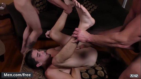 Branquinho safado trasando com seus colegas em um belo porno amador