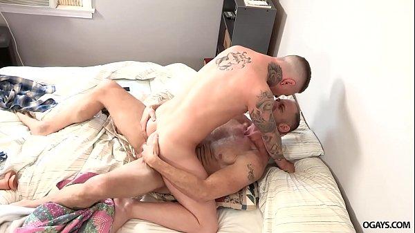 Branquinho safado fodendo com seu amigo escondido em um belo porno