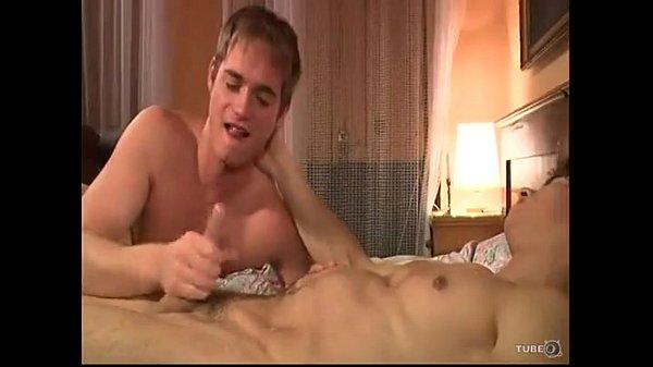 Novinho fodendo com seu primo do cacete grande em um belo porno amador