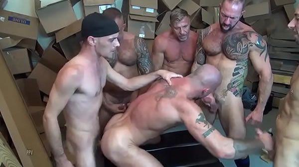 Kinguys com machos roludos na suruba
