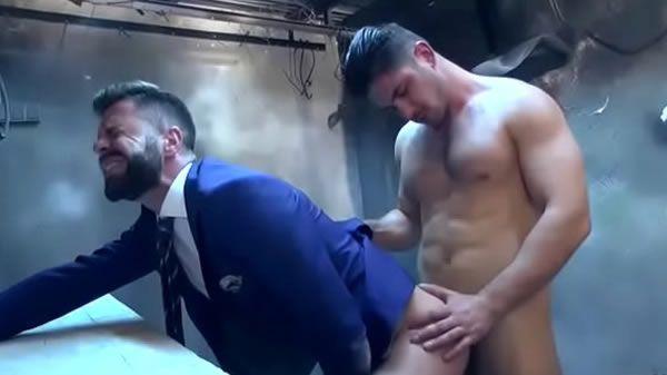 Segurança gostoso fazendo bareback com o chefe