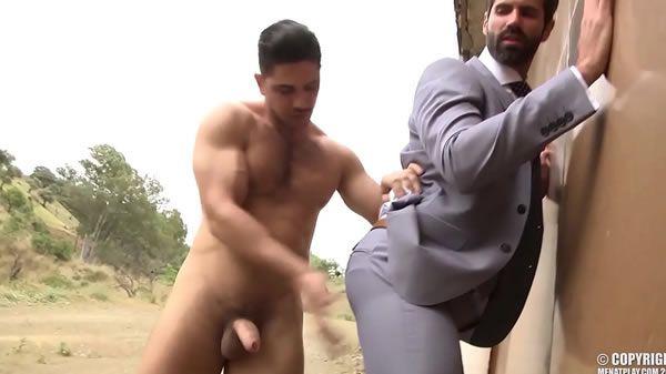 Macho roludo tirando o cabaço do chefe