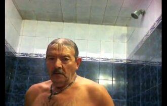 Sexo gay entre velhos fazendo putaria no banheiro